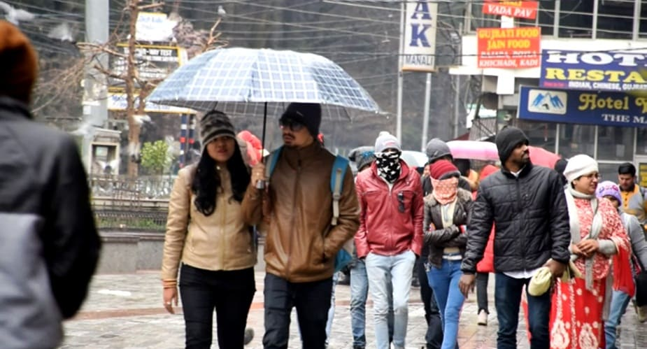 मौसम बदलने के बाद मनाली और इसके आसपास के क्षेत्रों में ठंड बढ़ गई है. मनाली के रोहतांग दर्रा, हामटा पास, कोठी, सोलंगनाला में बर्फबारी हुई है.