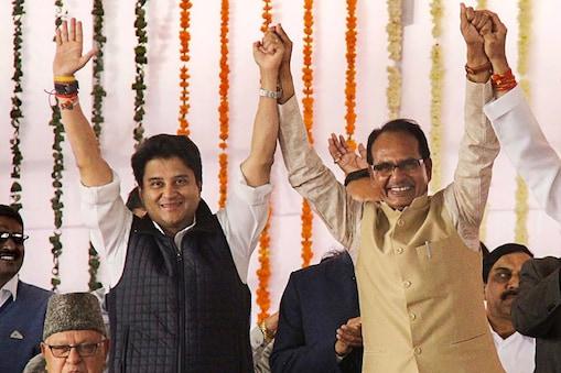 मध्य प्रदेश के पूर्व मुख्यमंत्री शिवराज सिंह चौहान के साथ ज्योतिरादित्य सिंधिया (फाइल फोटो)