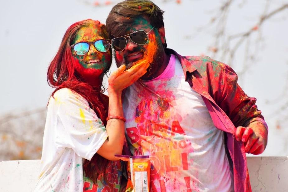 अंतरजातीय प्रेम विवाह करने के बाद सुर्खियों में आई बरेली (Bareilly) से बीजेपी विधायक राजेश मिश्रा की बेटी साक्षी मिश्रा और उसके पति अजितेश ने शादी के बाद पहली बार एक साथ होली का त्योहार मनाया.