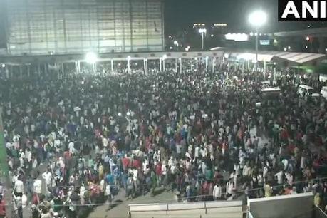 COVID 19 : दिल्ली के आनंद विहार बस टर्मिनल पर घर जाने के लिए पहुंचे हजारों लोग