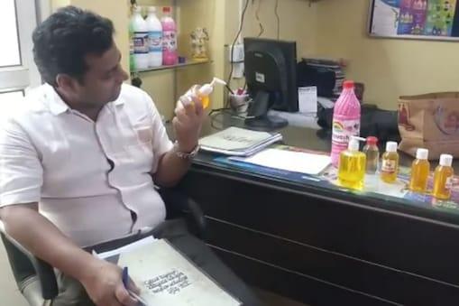 कोरोनावायरस के मद्देनजर जमशेदपुर में नकली सैनिटाइजर और हैंडवाश बनाये जा रहे थे.