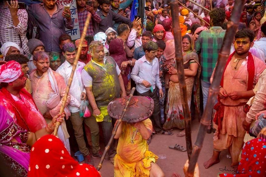राधा-कृष्ण की परंपरा को फॉलो करते हुए आज भी फाल्गुन मास की सप्तमी को बरसाने से सखियां फाग खेलने का न्यौता लेकर नंदगांव जाती हैं. सखियों से न्यौता मिलने के बाद नंदगांव के सखा हुरियार ढाल लेकर बरसाने पहुंचते हैं. सखाओं के बरसाने पहुंचते ही सखियां लाठी बरसाना शुरू कर देते हैं.