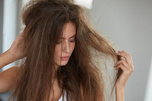 बालों को सिल्की बनाने के लिए कपूर का तेल काफी फायदेमंद साबित हो सकता है.
