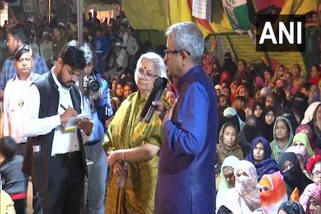 शाहीन बाग पहुंचे संजय हेगड़े और साधना रामचंद्रन, प्रदर्शनकारियों से की मुलाकात