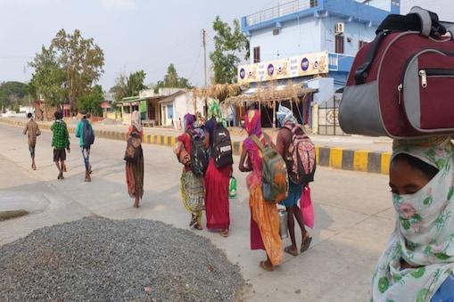 पैदल चलकर मजदूर अपने घर  पहुंचे हैं.