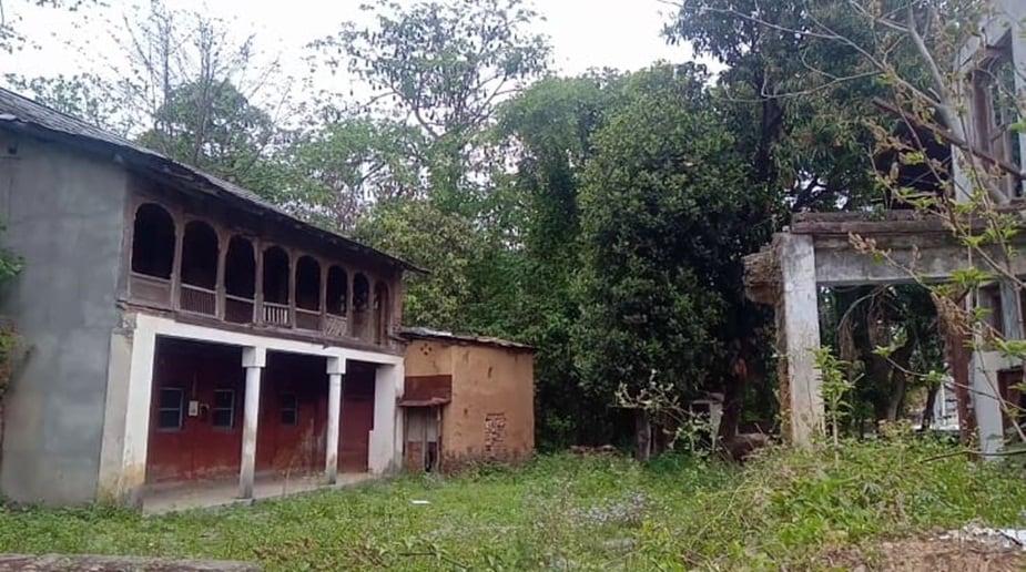 धरोहर गांव गरली में चमगादड़ों की तरह फिल्मी सितारों का जमावड़ा भी लगा रहता है.