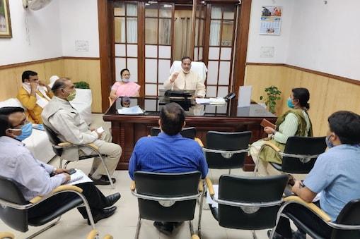 उत्तर प्रदेश के उपमुख्यमंत्री डॉ. दिनेश शर्मा अधिकारियों के साथ बैठक करते हुए.