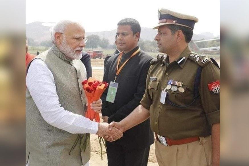 बांदा आगमन पर प्रधानमंत्री नरेंद्र मोदी का स्वागत करते हुए डीआईजी दीपक कुमार. DIG Deepak Kumar welcoming Prime Minister Narendra Modi on arrival at Banda.
