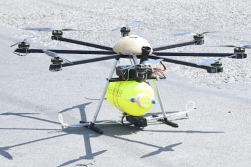 ड्रोन से 1 घंटे में 10 एकड़ क्षेत्र में कीटनाशक का छिड़काव किया जा सकता है. (सांकेतिक फोटो)
