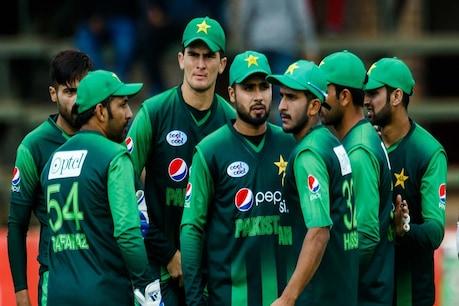 पाकिस्तान के इस क्रिकेटर ने सड़क पर गाई कविता तो उमड़ी भीड़, बढ़ा कोरोना वायरस का खतरा!