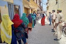 यूपी में पहले दिन 1 करोड़ 17 लाख गरीबों को मुफ्त में मिला राशन