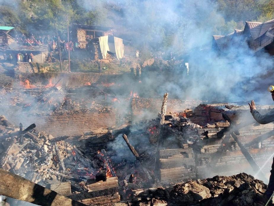 शिमला में आग से सात घर राख हो गए हैं.