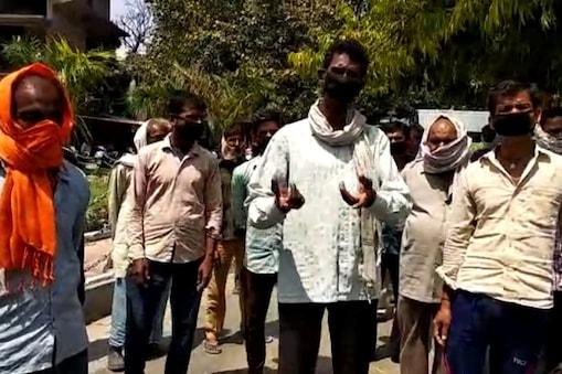 प्रशासन ने जिद पर अड़े मजदूरों को अपने घर जाने की इजाजत देने से इंकार कर दिया है.