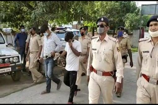 मुजफ्फरपुर में हुई बैंक लूट की घटना में शामिल अपराधियों को ले जाती पुलिस
