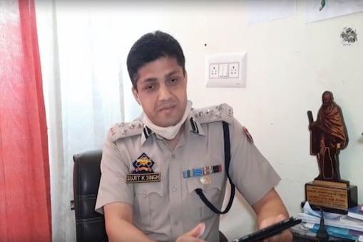 सुजीत कुमार अपनी कविता के कुछ पंक्तियों के जरिए पुलिसवालों का हौसला अफजाई कर रहे हैं.