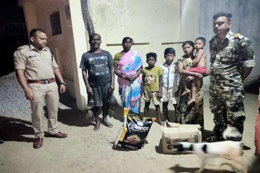 जशपुर में पुलिस जवानों ने शहीद परिवार की मदद की.