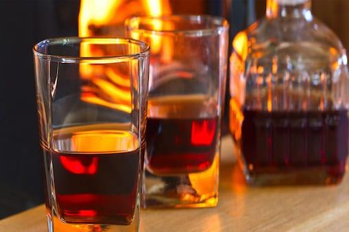 बिहार के मोतिहारी स्थित क्वारेंटाइन सेंटर में शराब पार्टी.  (Demo Pic)