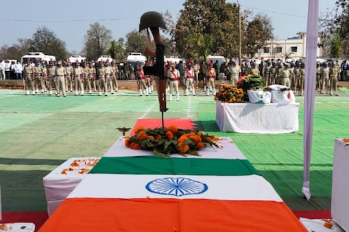सुकमा में बीते 21 मार्च को हुए नक्सली हमले में शहीदों को पुलिस लाइन में श्रद्धांजलि दी गई.