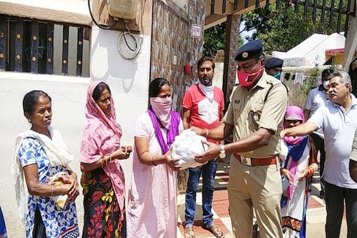 महासमुंद पुलिस ने लोगों को बांटा राशन