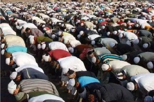 ज्यादातर इस्लामिक देशों में रमजान के मद्देनजर कहा गया है कि लोग घरों में रह कर नमाज पढ़ें मगर पाक में कुछ शर्तों के साथ अनुमति दी गई है. फाइल फोटो