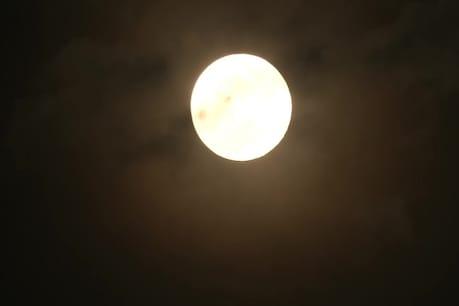 आसमान में साल का सबसे बड़ा चांद, लोगों ने देखा सुपर पिंक मून