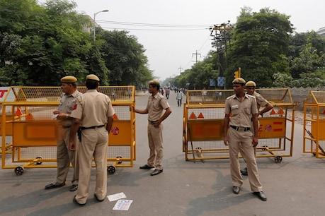 Lockdown: चेक पोस्ट पर 2 युवकों ने पुलिस कर्मियों पर थूका, आरोपियों को बचाने के लिए भीड़ ने किया पथराव