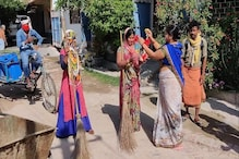 सासाराम में सफाईकर्मियों पर लोगों ने बरसाए फूल, पहनाई माला और उतारी आरती