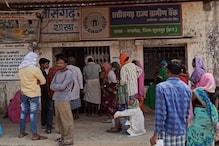 समझाइश के बावजूद लापरवाही, सूरजपुर में बैंकों के सामने लग रही भीड़