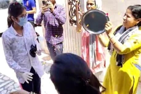 सोनीपत: कोरोना को हराकर घर पहुंची तमन्ना, लोगों ने थाली बजाकर किया स्वागत