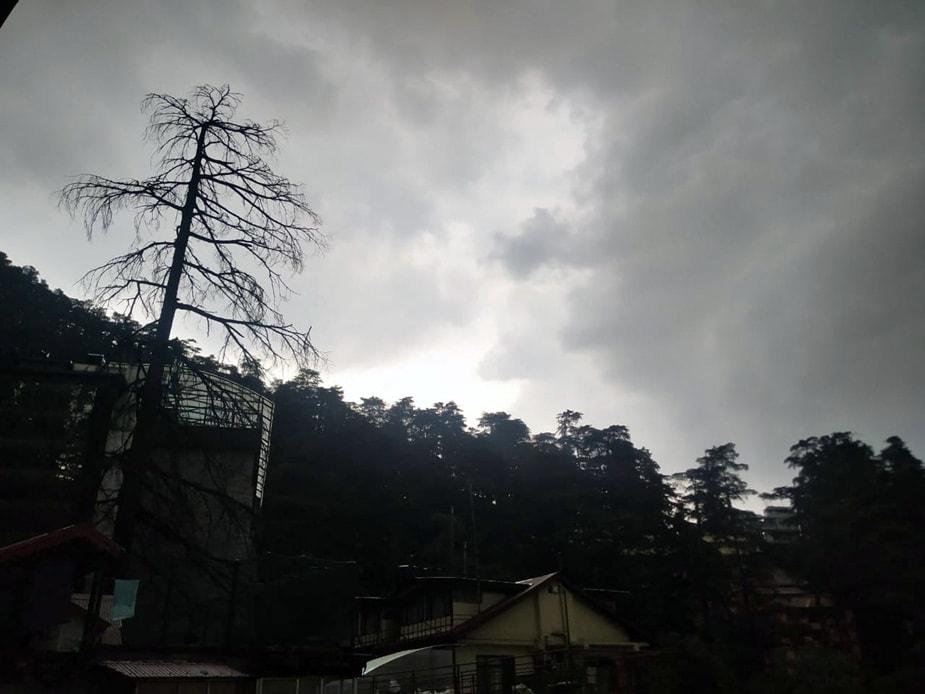 शिमला में दोपहर बाद बादल छाए रहे. सूबे में शनिवार के लिए मध्यपर्वतीय क्षेत्रों में येलो अलर्ट जारी किया गया है. मैदानी इलाकों में 24 से 29 मई तक मौसम साफ रहने का अनुमान है. वहीं, मीडिल और हाई हिल्स में बारिश होने की संभावना है.