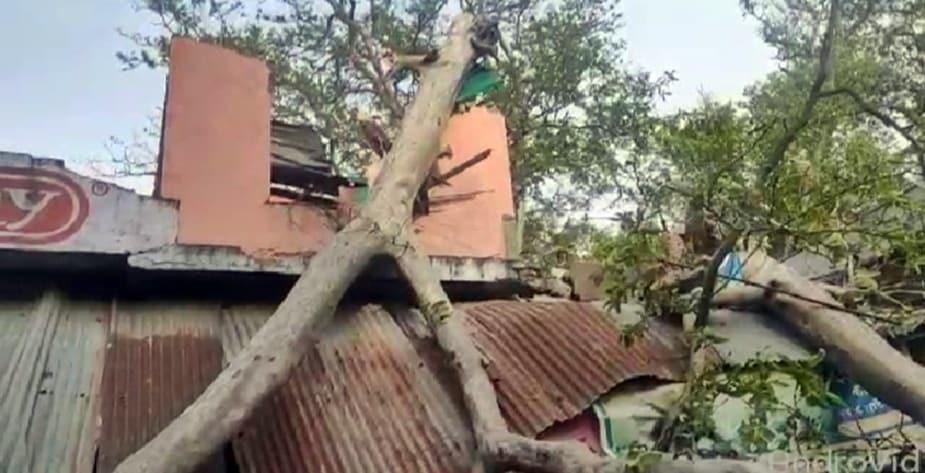 वहां पर अस्पताल का ही एक और कर्मचारी महेंद्र कुमार भी टीन की छत के साथ उड़ कर सड़क में लगभग 20 फीट नीचे गिर गया. इससे उनके सिर में गंभीर चोट लग गई.