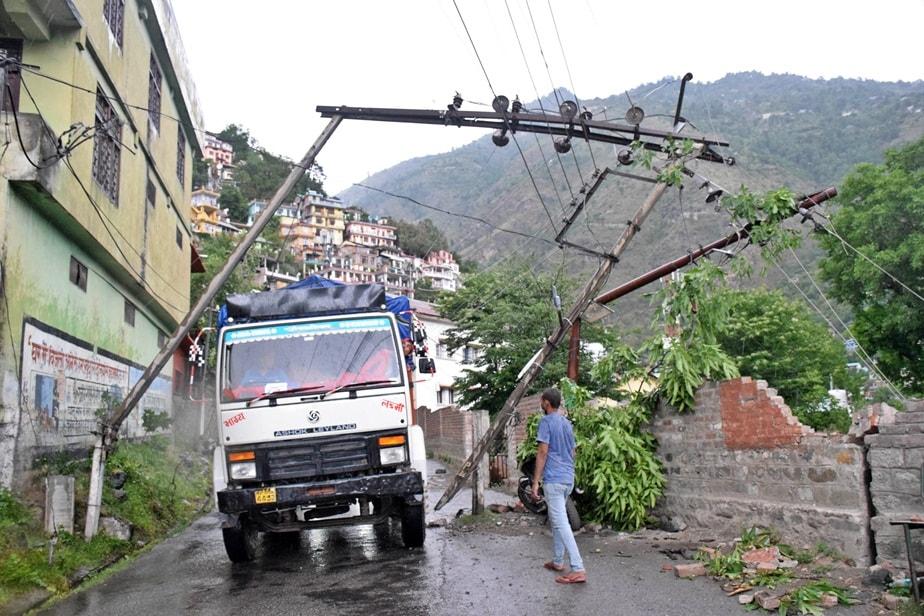 शिमला. हिमाचल प्रदेश में चिलचिलाती गर्मी से लोगों को शनिवार को हल्की राहत मिली. सूबे के कुछ जिलों में तूफान और हल्की बारिश हुई है.