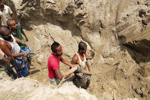 पूर्णिया में मिट्टी में दबे बच्चे को निकालके ग्रामीण