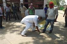 सासाराम में सड़कों पर घूम-घूमकर प्रवासी मजदूरों को चप्पल पहना रहे हैं BJP नेता