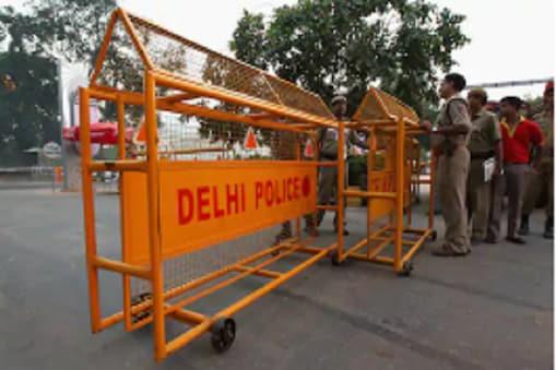 दिल्ली पुलिस के अधिकारी और जवान लगातार कोरोना पॉजिटिव होते जा रहे हैं. (प्रतीकात्मक तस्वीर)