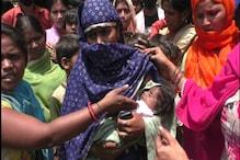 दर्द: गोद में बच्चा पकड़ी महिला ने कहा- कोरोना से बच भी गए तो भूख से मर जाएंगे