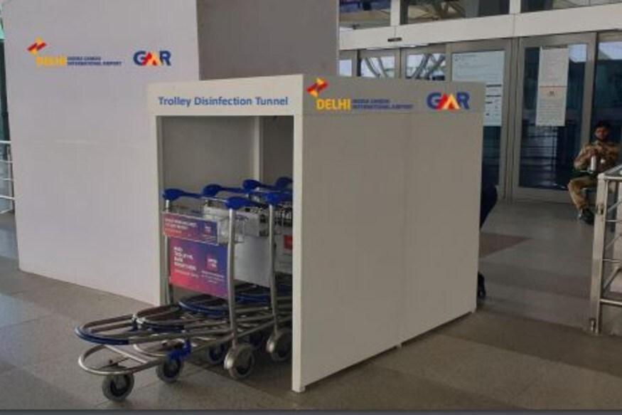 बैगेज ट्रॉली को सैनिटाइज करने के लिए आईजीआई एयरपोर्ट के बाहर लगाई गई डिसइनफेक्शन टनल.