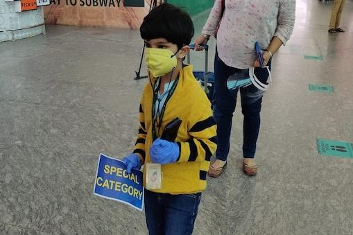 पांच साल का विहान शर्मा अकेले ही दिल्ली से आ गया बेंगलुरु.