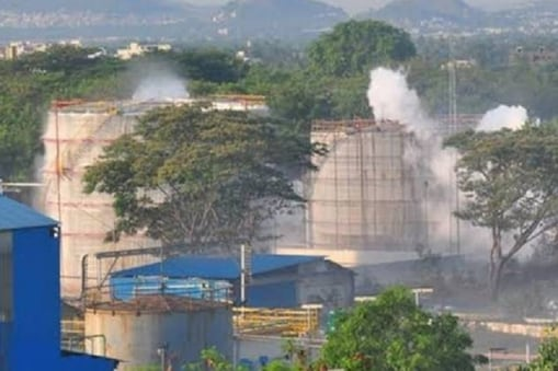 कंपनी के कारखाने से गैस रिसाव की घटना में 10 लोगों की मौत हो चुकी है.