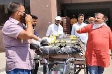 रिक्शेवालों की मदद कर रहे भोजपुरी स्टार निरहुआ, रोजेदार महिला को भी मिली मदद