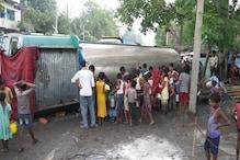 VIDEO: सड़क पर बही दूध की 'नदी' तो लूटने के लिए उमड़ पड़ा पूरा गांव