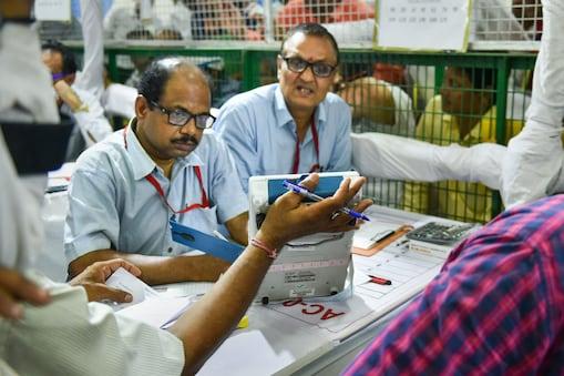 पूर्वी दिल्ली में चुनाव मतगणना में जुटे चुनाव अधिकारी (सांकेतिक फोटो, PTI)