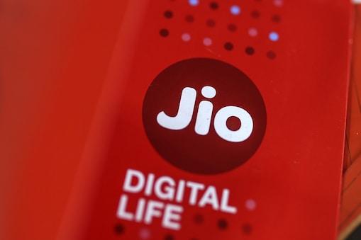 Jio TV+ से बदलेगा यूजर एक्सपीरियंस: ईशा अंबानी और आकाश अंबानी ने नए Jio TV+ की खासियत बताई. नए  Jio TV+ में नेटफ्लिक्स, एमेजॉन, प्राइम वीडियो, हॉटस्टार जैसे तमाम OTT चैनल होंगे. इसमें लॉगइन के लिए अलग-अलग आईडी पासवर्ड की जरूरत नहीं है. Jio TV+ के साथ ही आप सिर्फ एक क्लिक में किसी भी OTT पर कुछ भी देख सकते हैं.