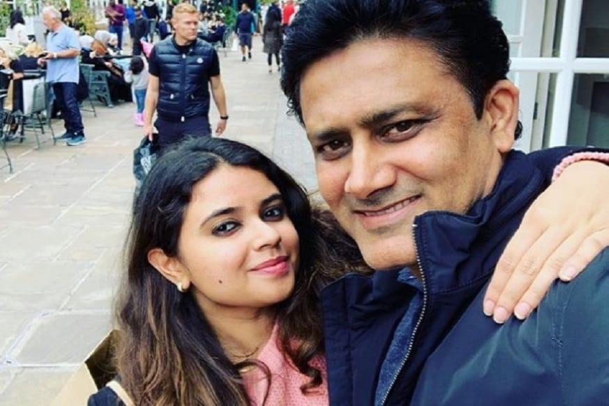 भारत के दिग्गज गेंदबाज अनिल कुंबले की बेटी आरुनी कुंबले बेहद काफी ग्लैमरस है. आरुनी की अपने पिता से भी काफी अच्छी बॉन्डिंग हैं. दोनों की इस बॉन्डिंग को देखकर कोई भी यह अंदाजा नहीं लगा सकता कि आरुनी अनिल कुंबले की सौतेली बेटी है.