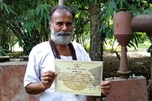 भारत सरकार से मिले पेटेंट को दिखाते रामेश्वर कुशवाहा
