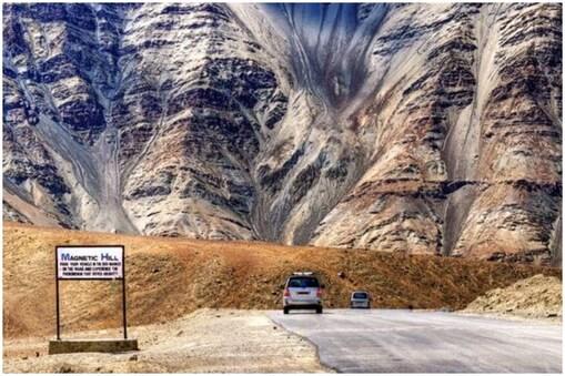 लद्दाख में मैग्नेटिक हिल की सड़क पर गुरुत्वाकर्षण बल अलग ही तरह से काम करता है. यहां वाहन न्यूट्रल में होने पर 20 किमी प्रतिघंटा की रफ्तार से पहाड़ी की ओर खिंचा चला जाता है.
