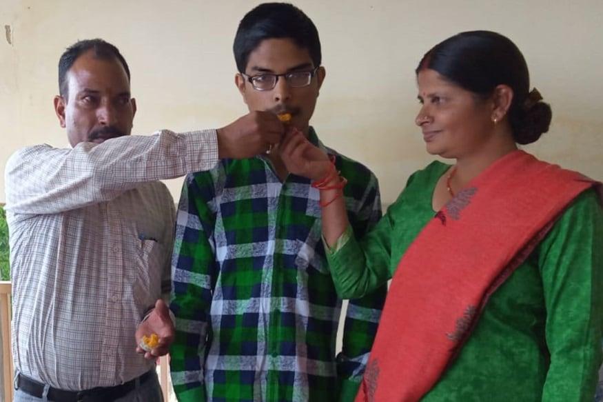 गौरव के माता-पिता कहते हैं कि गौरव शुरुआत से ही पढ़ाई में अच्छा था