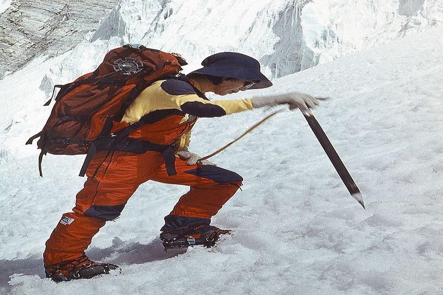 नई दिल्ली. कई महिला एथलीट्स ने शानदार प्रदर्शन कर पूरी दुनिया को दांतों तले उंगली दबाने पर मजबूर किया. एक ऐसी ही पर्वतारोही जापान में भी जन्मी, जिसने समाज की सोच को बदलकर रख दिया. हम बात कर रहे हैं जापानी पर्वतारोही जुन्को ताबेई (Junko Tabei) की, जो दुनिया की सबसे ऊंची पर्वत चोटी माउंट एवरेस्ट पर चढ़ने वाली पहली महिला हैं.