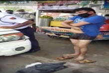 चालान कटने के डर से बाइक सवार ने सड़क पर कपड़े उतार किया हंगामा, Video Viral