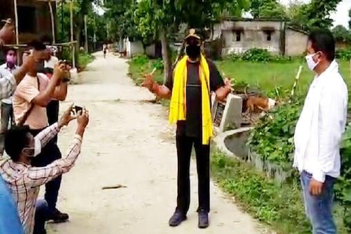 कटरा गांव में डीजीपी का स्वागत करते लोग.